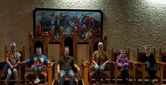 medievaltimesthrones.jpg.jpe