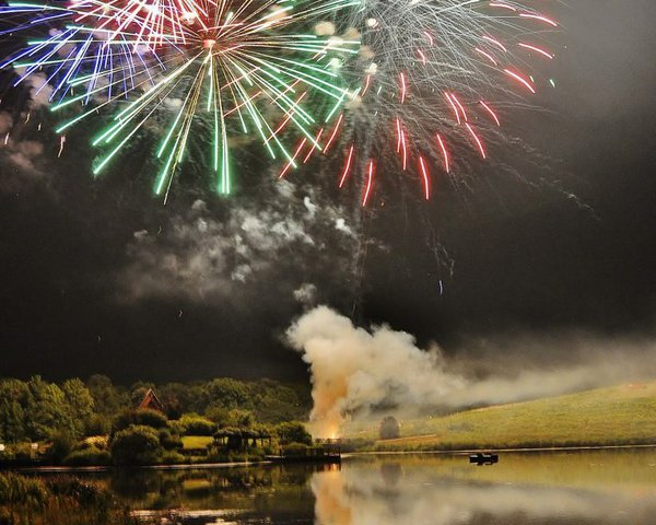 booms-and-blooms-festival-fireworks-over-lake-760x608.jpg.jpe
