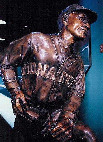 Buck O'Neil Statue.jpg.jpe